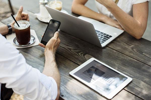 スマートフォンが使えない高齢層、パソコンが使えない若年層