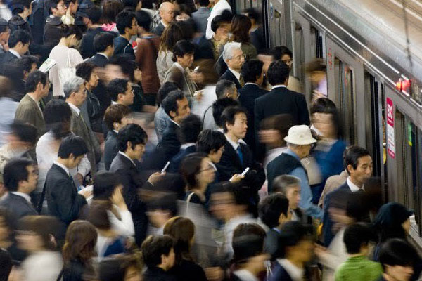 複雑化する社会、安定なき雇用、激しい競争、そして脱落の恐怖が襲う