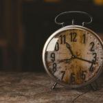 「朝早く会社に行って夜遅くまで働くのが良い」は本当に正しいことか?